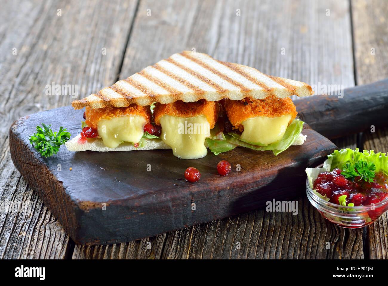 getoastete panini dreiecke mit panierte mini camembert. Black Bedroom Furniture Sets. Home Design Ideas