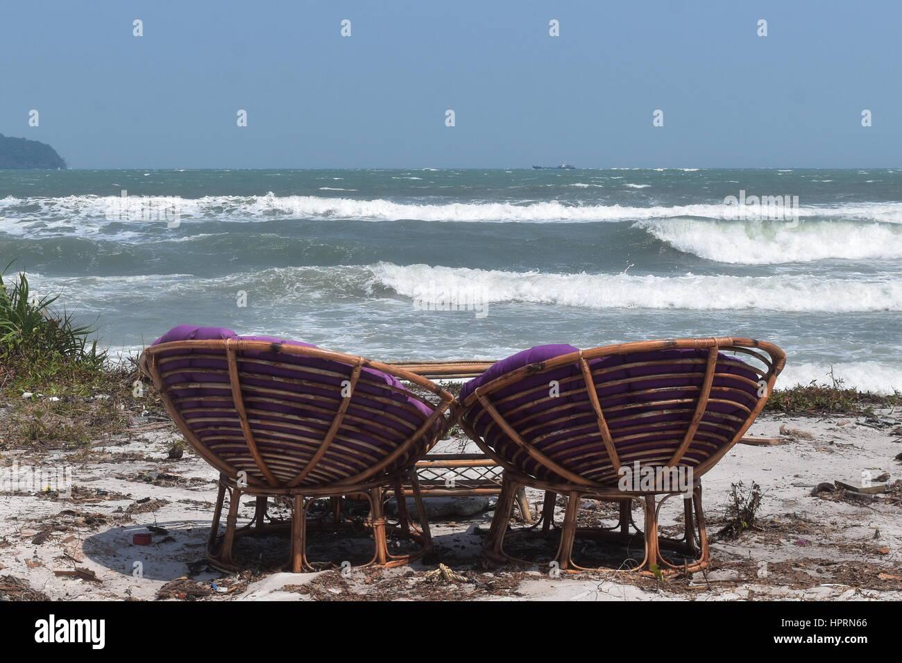 Am Meer paar entspannenden Stühlen am Paradies Sand Strand von Koh Rong Samloem Urlaubsziel von Kambodscha Stockbild