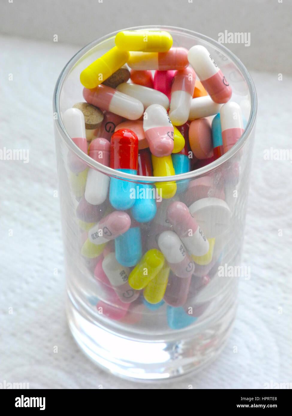Gibt es eine massive Verschwendung von Ressourcen in die Reihe von verschreibungspflichtigen Medikamenten Tabletten Stockbild