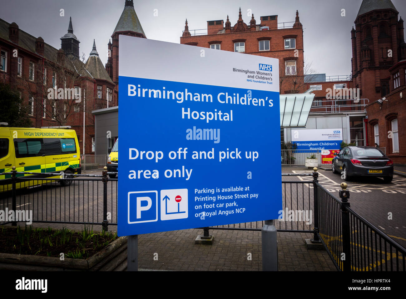 Melden Sie sich vor dem Eingang zu Birmingham Frauen und Kinder Krankenhaus, Bermingham, West Midlands, UK Stockbild