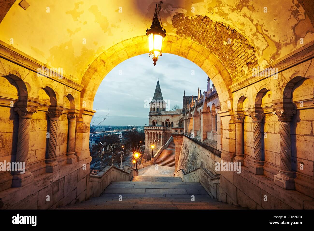 Fischerbastei - Dämmerung in Budapest, Ungarn Stockbild
