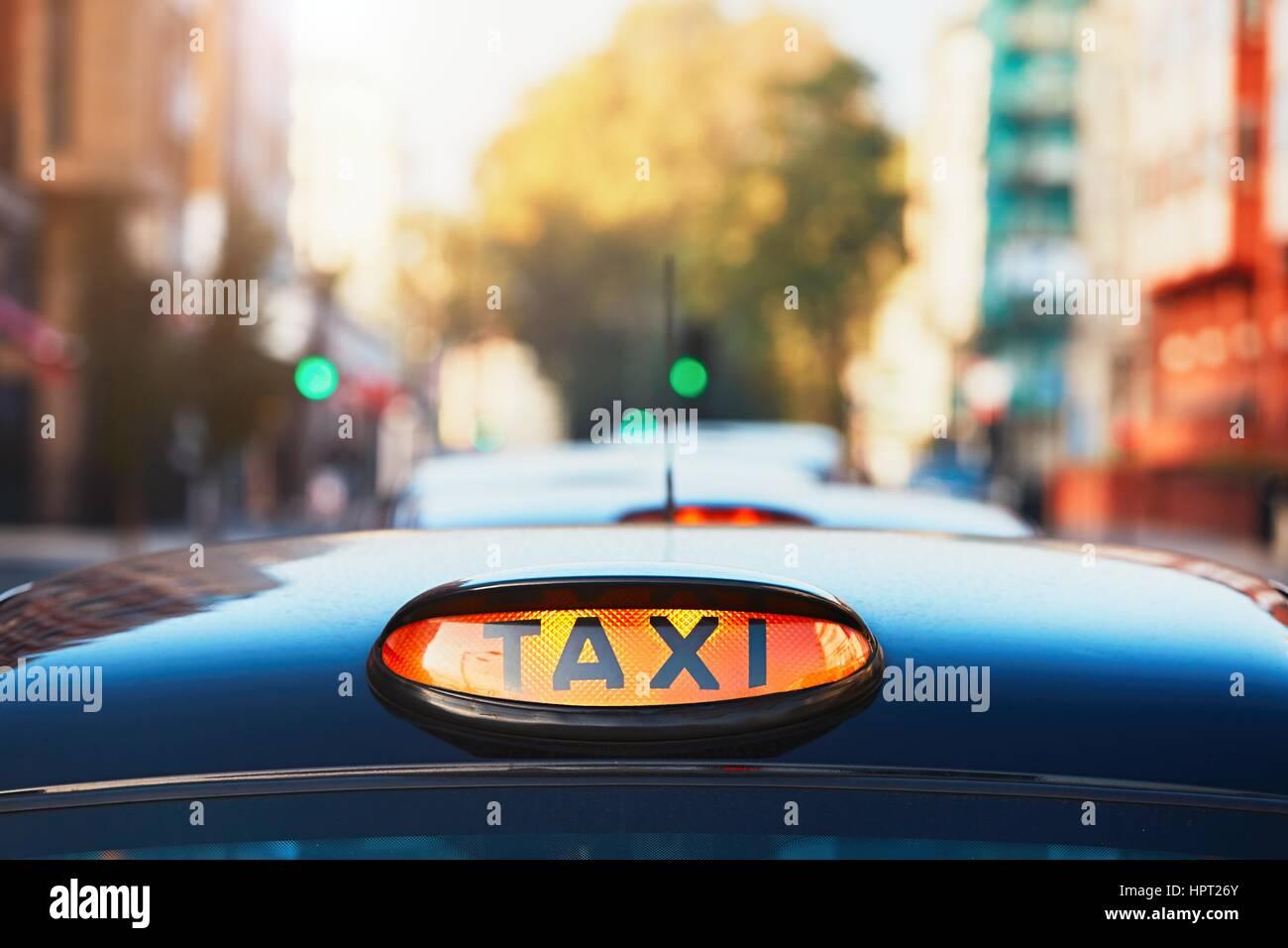 Schwarzes Taxi Taxi London unterzeichnen auf der Straße, UK Stockbild