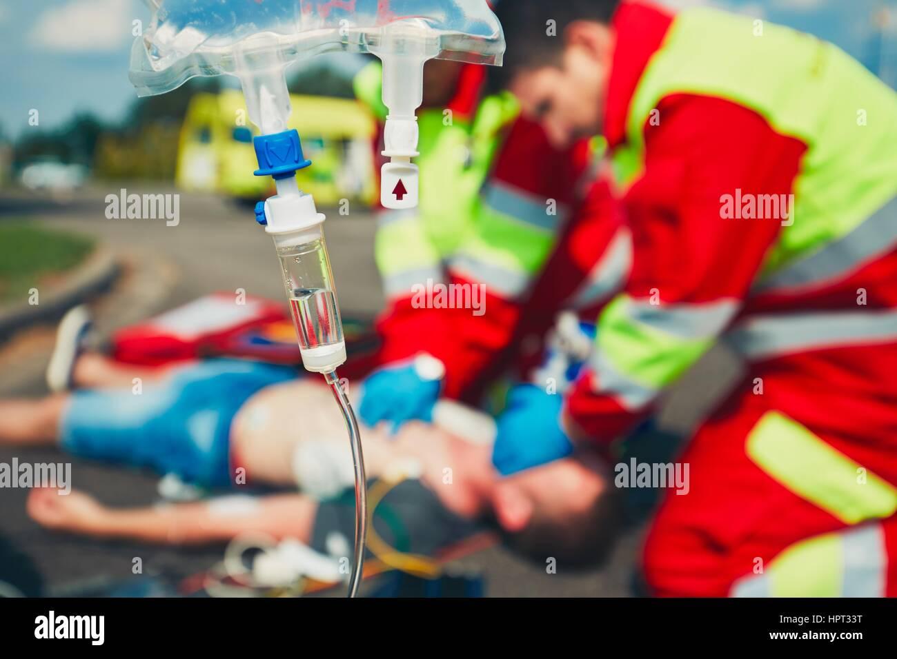 Kardiopulmonalen Reanimation. Rettungs-Team (Arzt und Sanitäter) Wiederbelebung der Mann auf der Straße. Stockbild