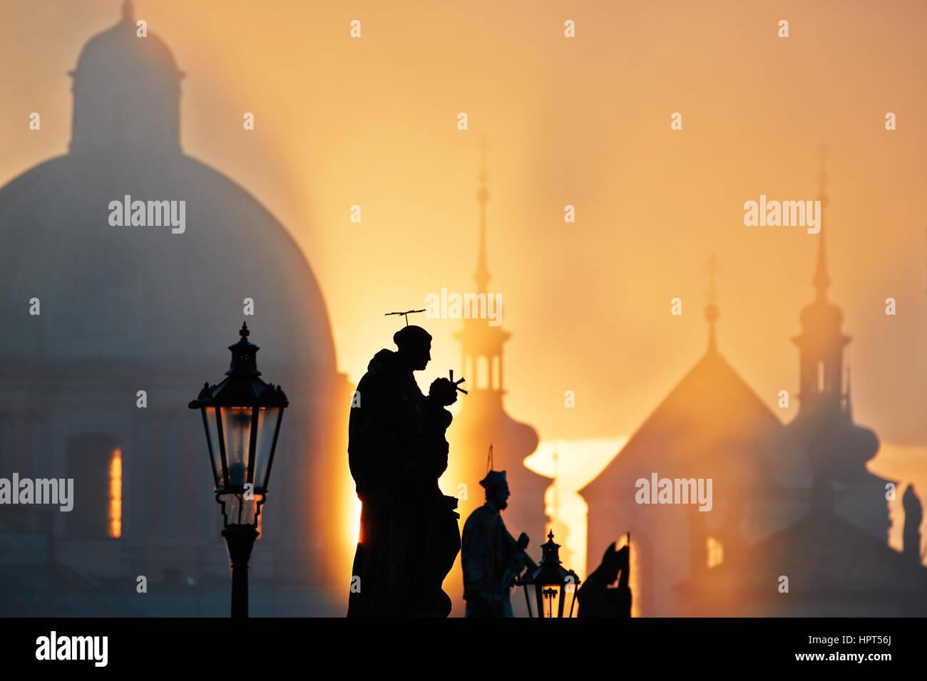 Herbstmorgen - Statuen auf der Karlsbrücke, Prag, Tschechische Republik Stockbild