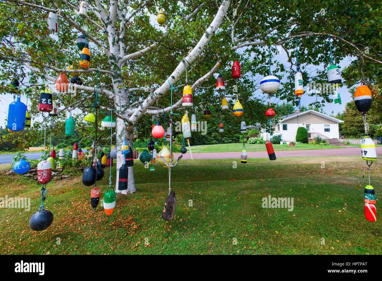 Bojen Hängen Als Dekoration In Einem Baum In Einem Garten An Der Straße,  Provinz Prince Edward Island, Kanada