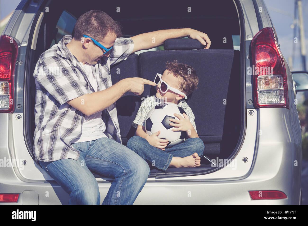 Glücklicher Vater und Sohn immer bereit für Roadtrip an einem sonnigen Tag.  Konzept der freundlichen Stockbild