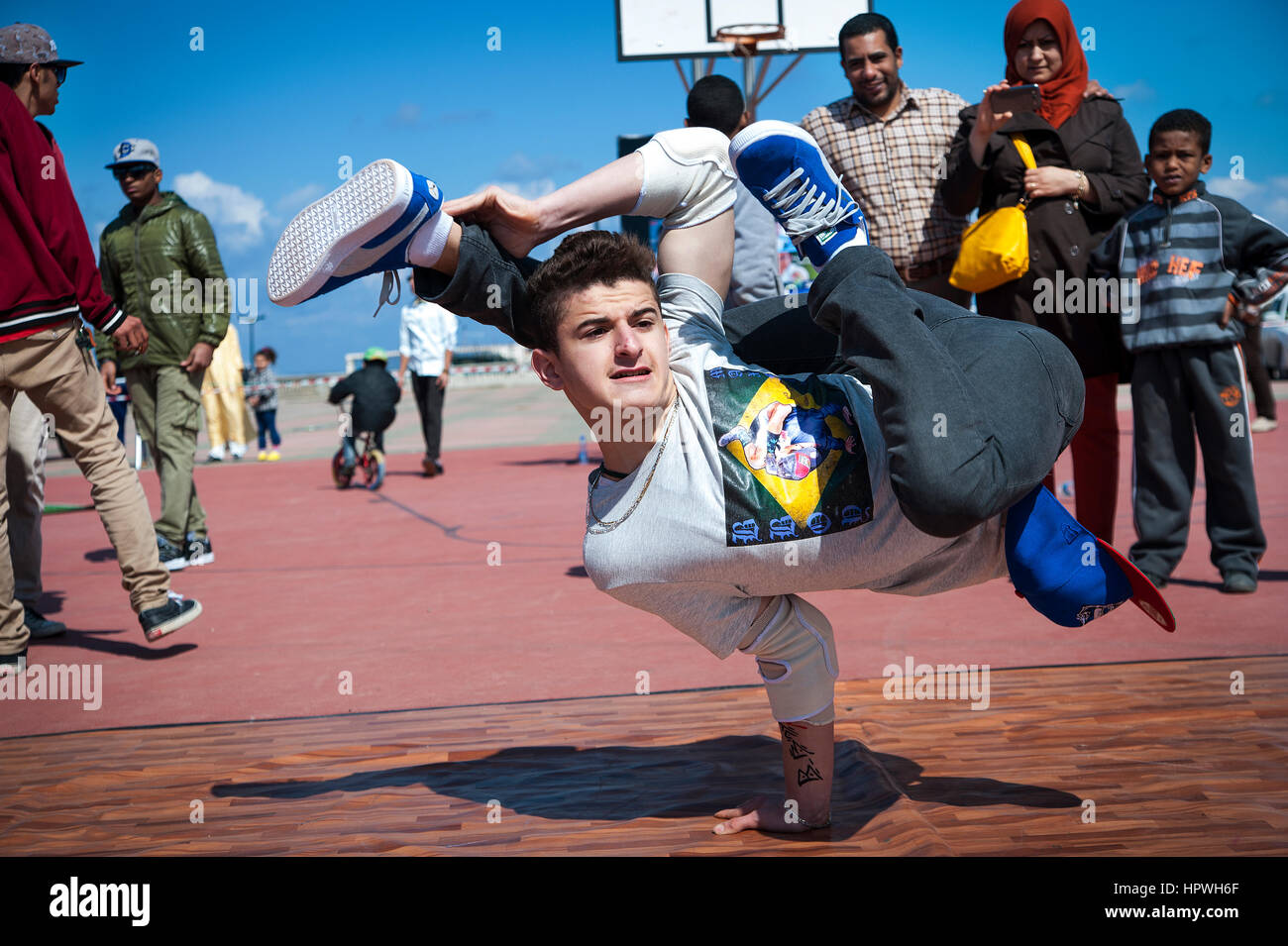 Libyen, Tripolis: Junge Kerle Breakdance bei einem Open-Air-Tanz und Parkour-Festival. Stockbild