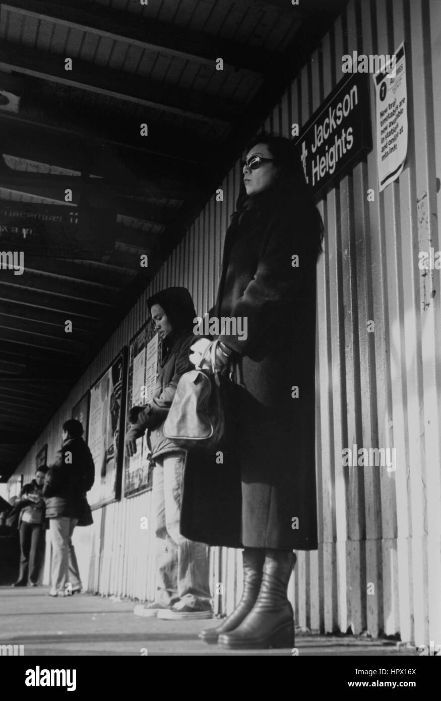 Menschen warten auf den Zug in Jackson Heights, Queens Stockbild
