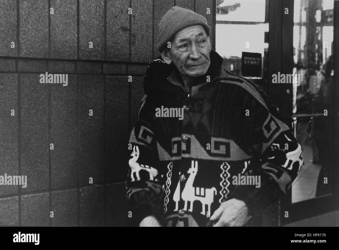 Ein Hispanic Exilspanier außerhalb der u-Bahnstation in Jackson Heights Stockbild