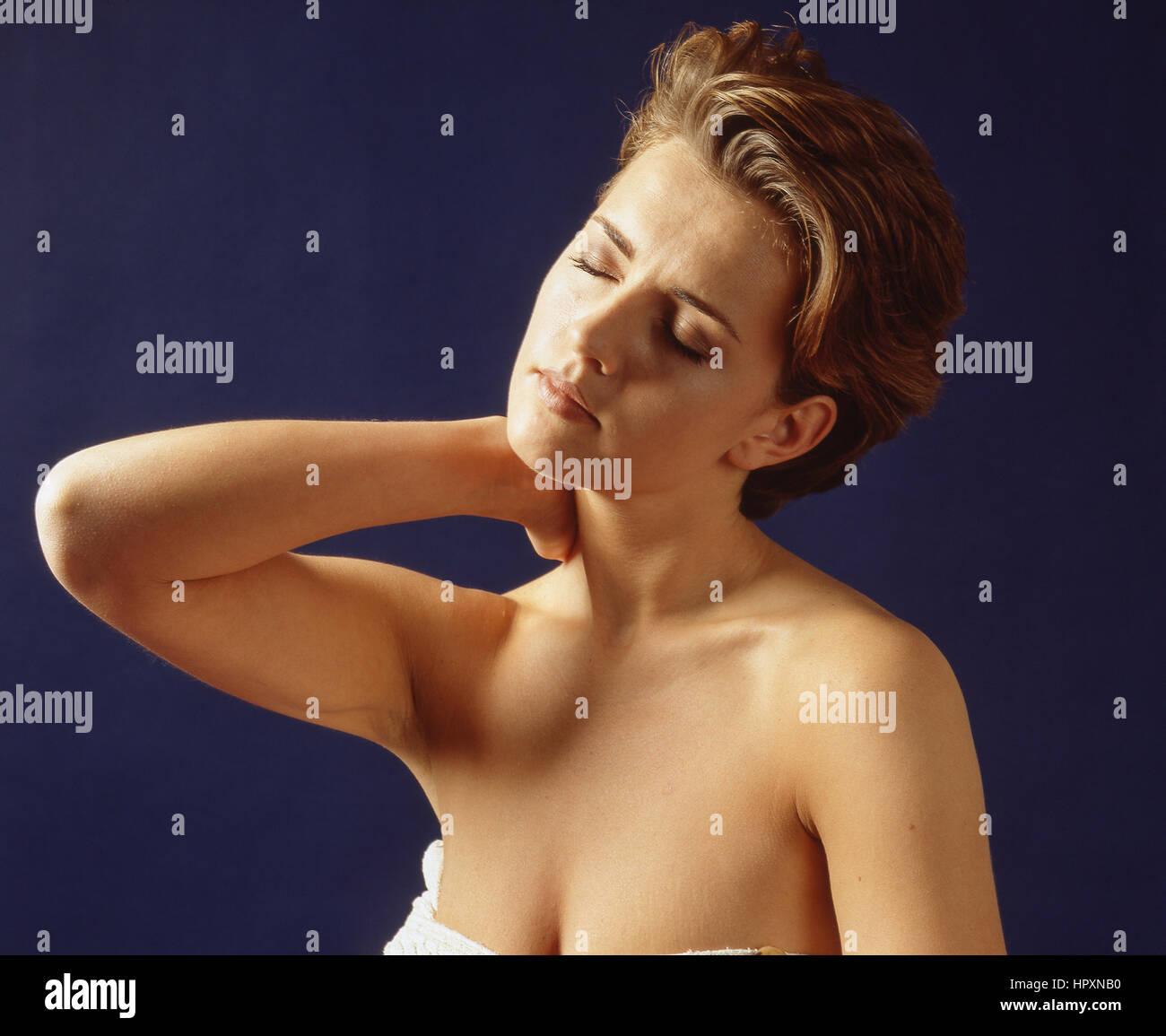 Junge Frau erleben Hals Schmerzen, London, England, Vereinigtes Königreich Stockbild