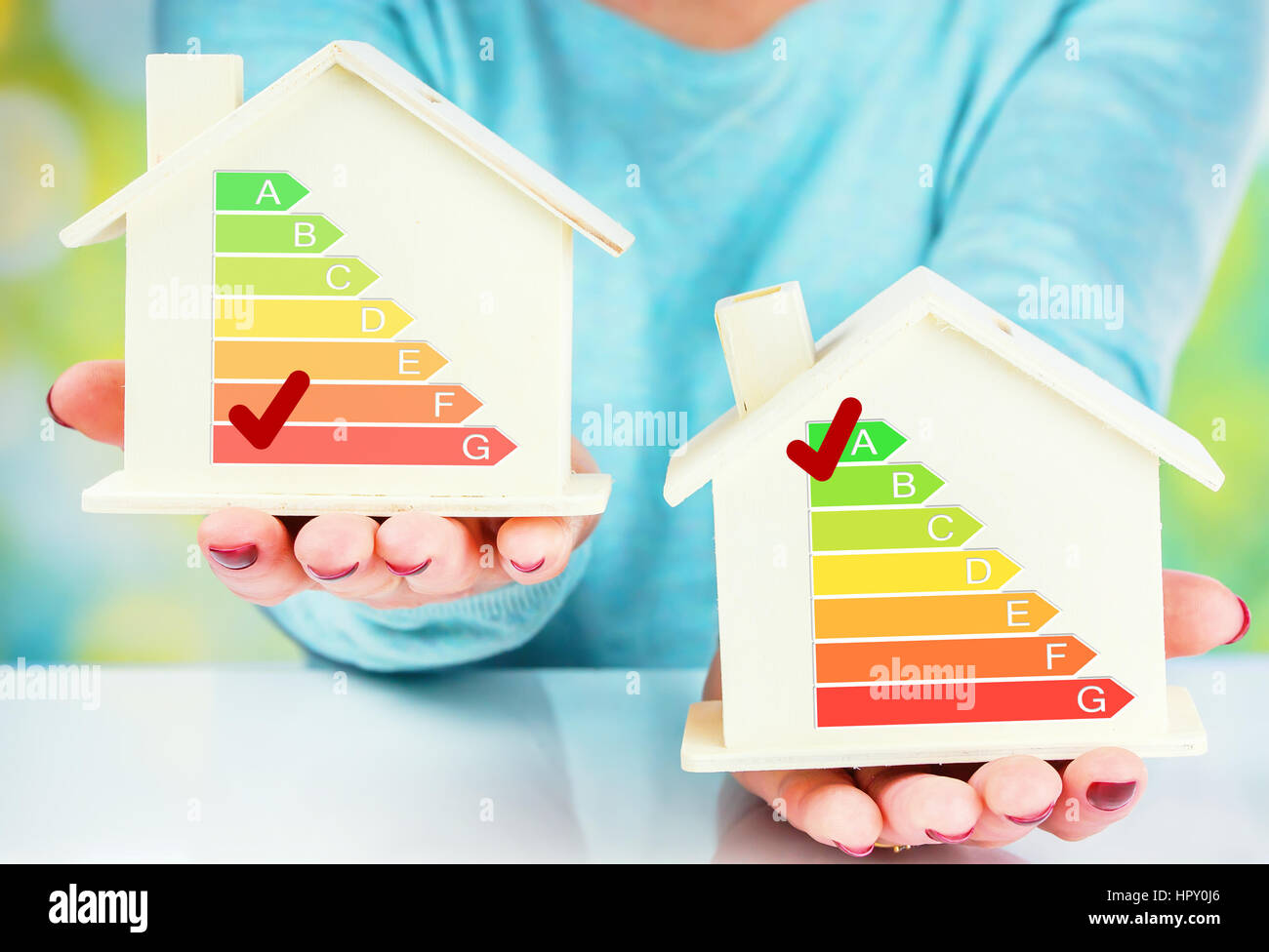 Konzept-Vergleich zwischen normalen und niedrigen Verbrauch Haus mit Energieeffizienzklasse Stockfoto
