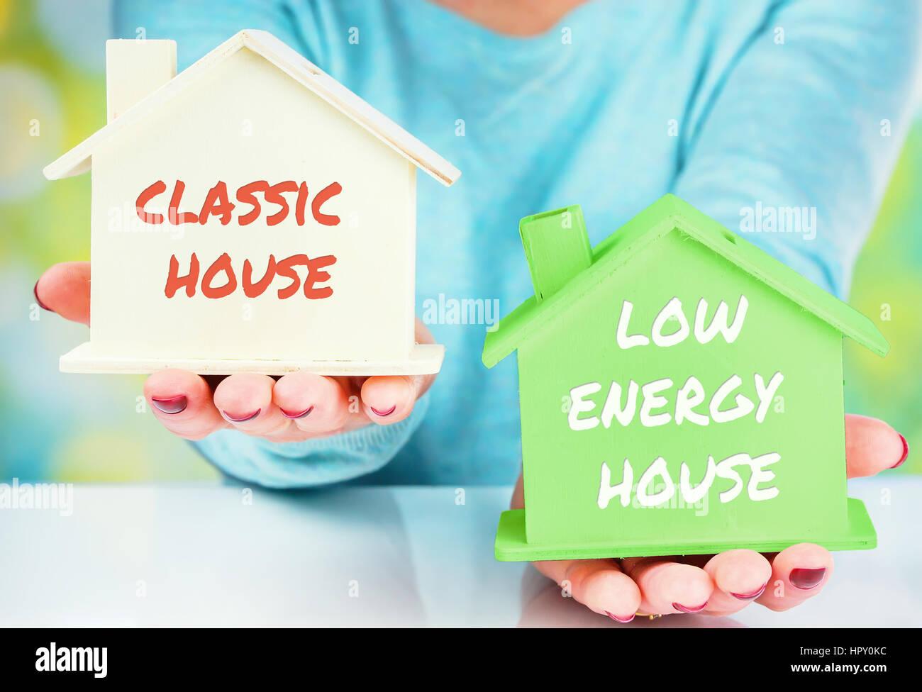 Konzept-Vergleich zwischen normalen und niedrigen Verbrauch Haus Stockfoto