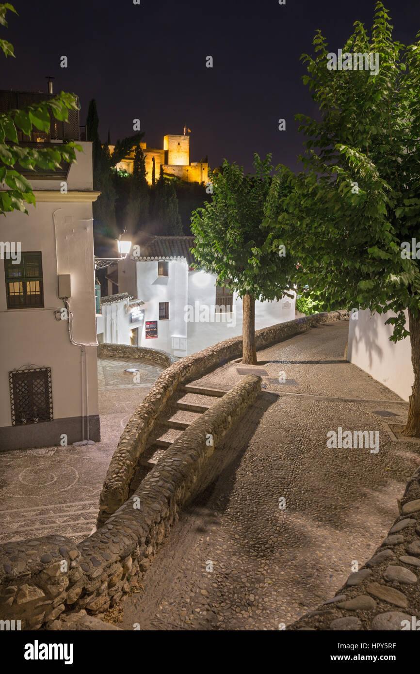 GRANADA, SPANI - 28. Mai 2015: Den Gang im Albayzín Distrit in der Nacht und Alhambra im Hintergrund. Stockbild