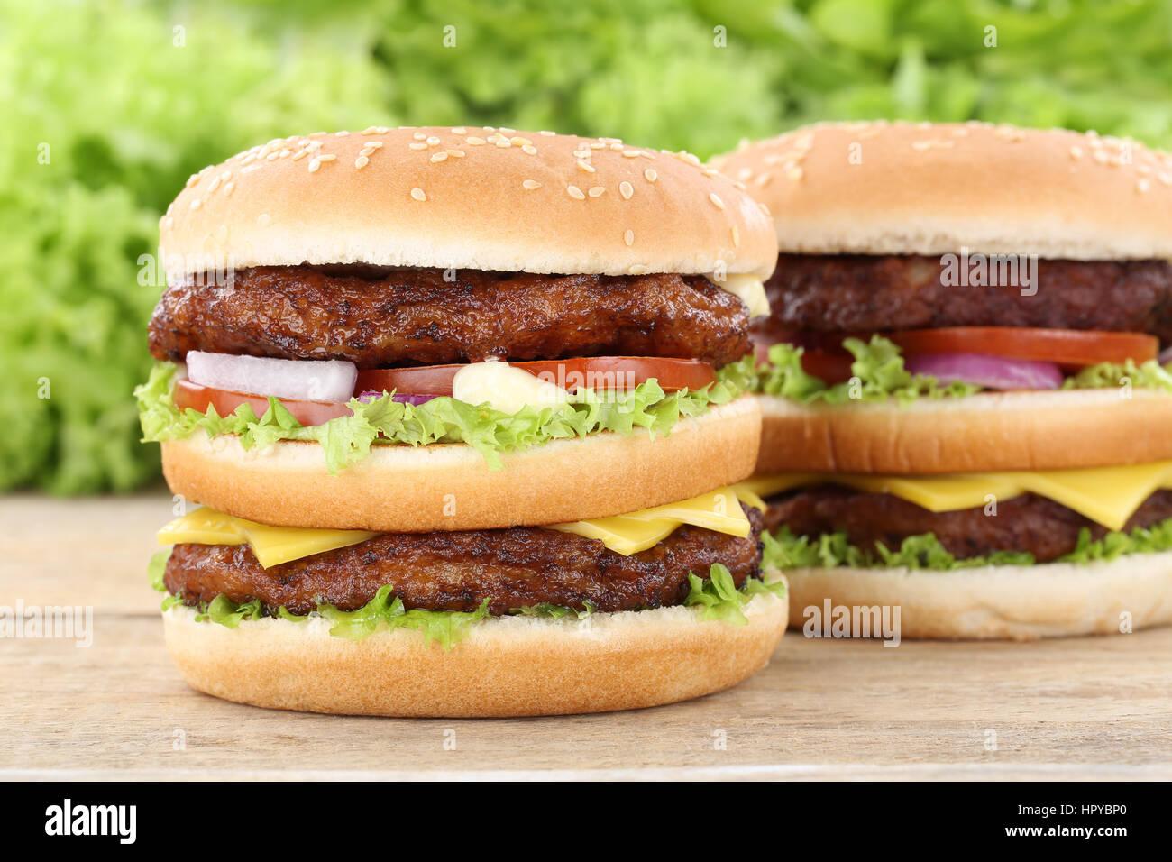 Doppel burger Hamburger frische Tomaten Käse das ungesunde Essen Stockbild