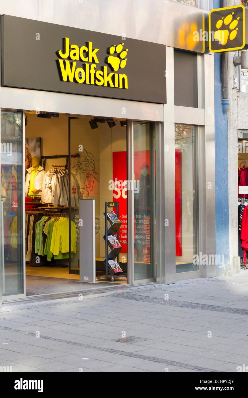 68d45349fe8d74 Shop-Eingangstür (Jack Wolfskin) Mode Shop