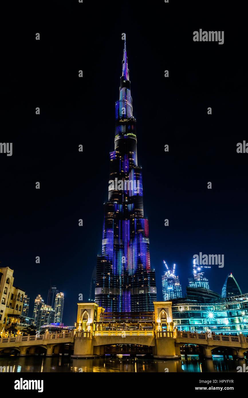 Blick auf beleuchtete Burj Khalifa und eine Brücke in der Nacht am 8. Februar 2017 Stockbild
