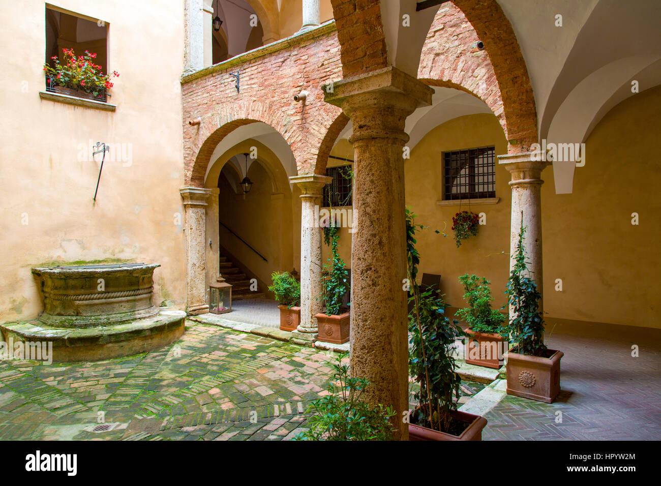 Innenhof und Brunnen, Montepulciano, Toskana, Italien Stockbild