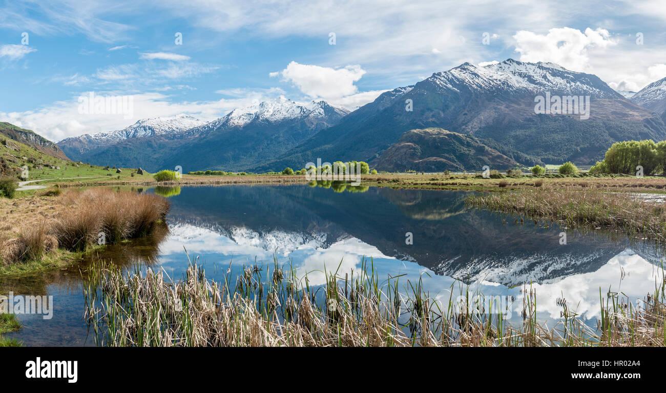 Bergkette spiegelt sich in einem See, Matukituki Valley, Mount Aspiring National Park, Otago und Southland, Neuseeland Stockbild