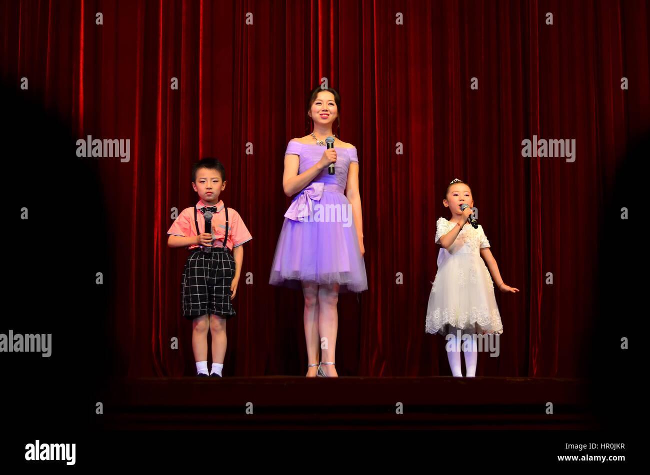 Eine Frau mit Kindern auf der Bühne Stockbild