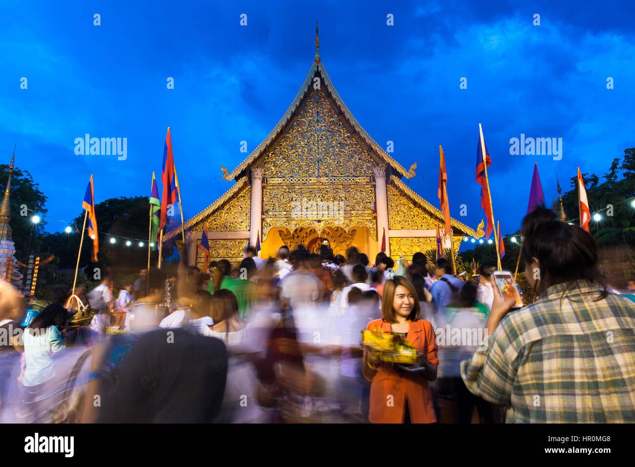 Chiang Mai, Thailand - 29. Mai 2014: Menschenmenge beim Stadtfest Säule (Inthakin Festival) im Wat Chedi Luang Stockbild