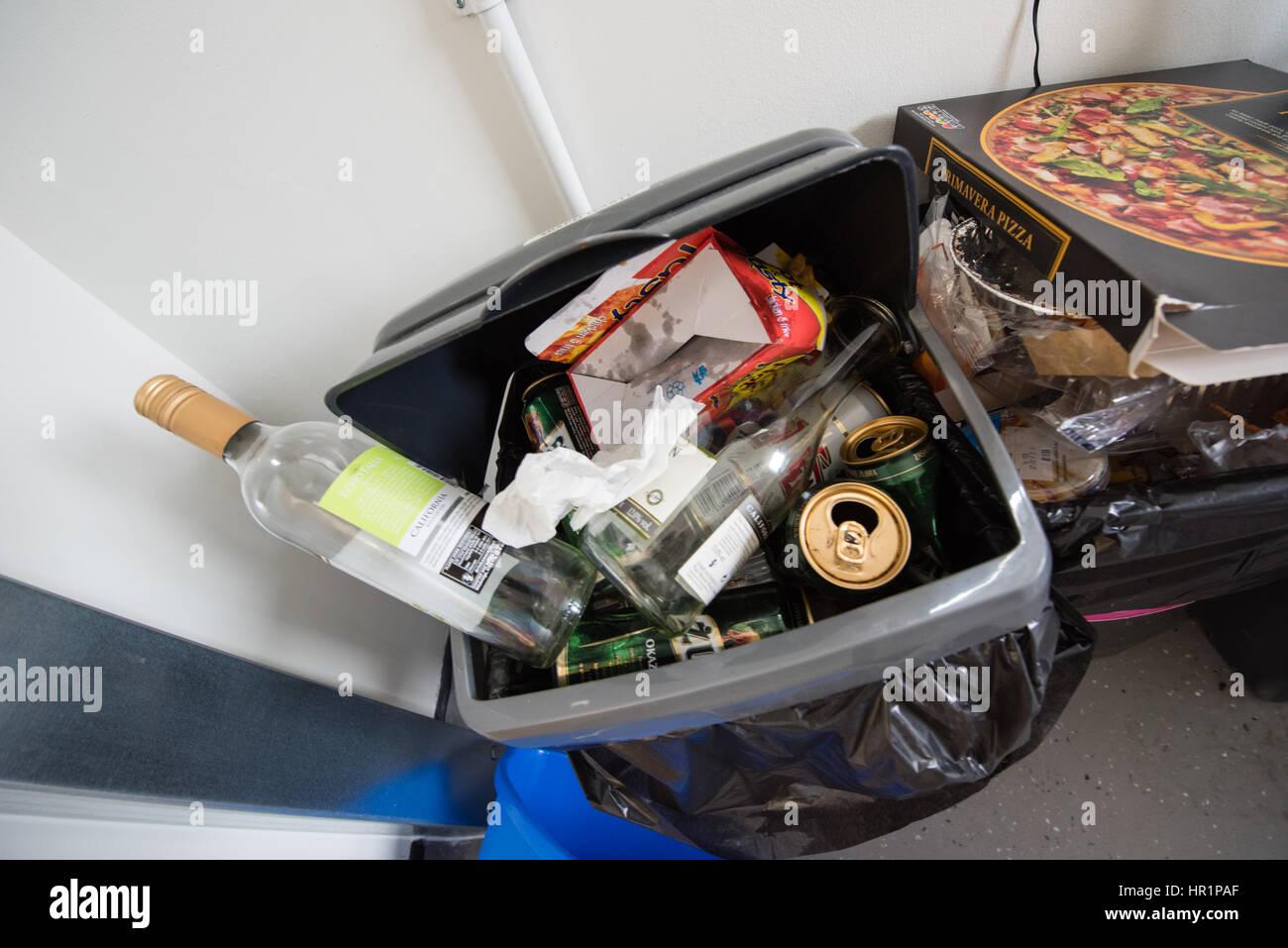 Schmutzige Küche Kunststoff Schaukel Kästen voller Müll überfüllt ...