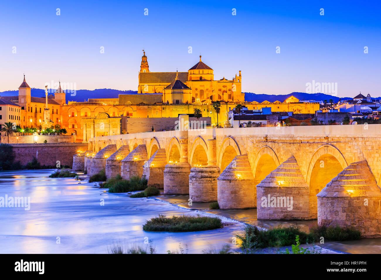 Cordoba, Spanien, Andalusien. Römische Brücke am Fluss Guadalquivir und die große Moschee (Mezquita Stockbild