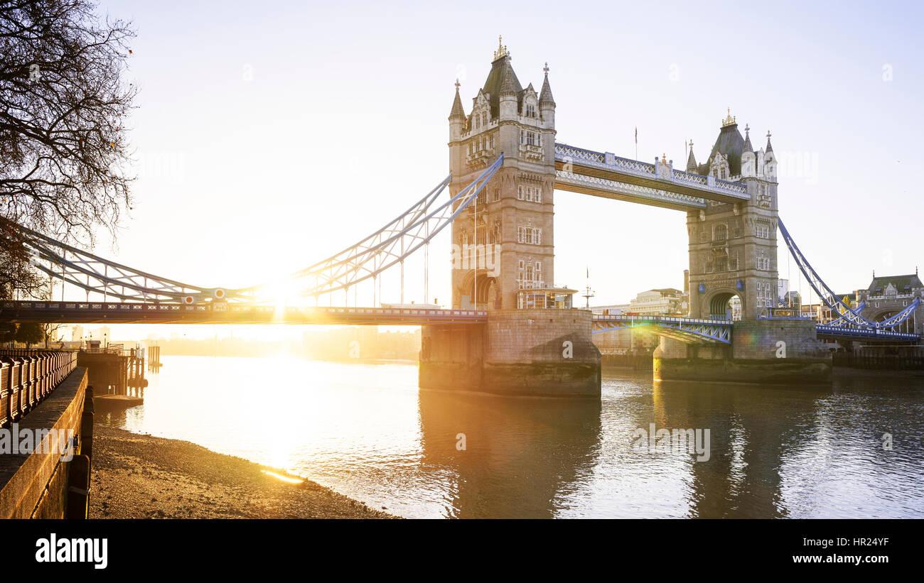 Panoramablick auf die Themse und die Tower Bridge bei Sonnenaufgang, London, UK Stockbild
