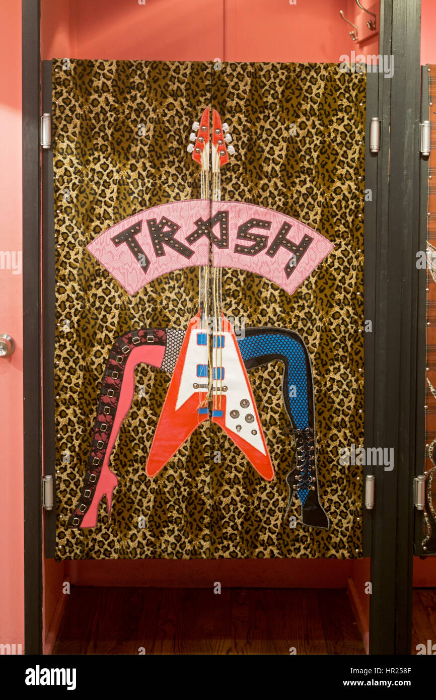 Die Garderobe im Papierkorb & VAUDEVILLE-alternative Mode-Shop im East Village, New York City. Stockbild