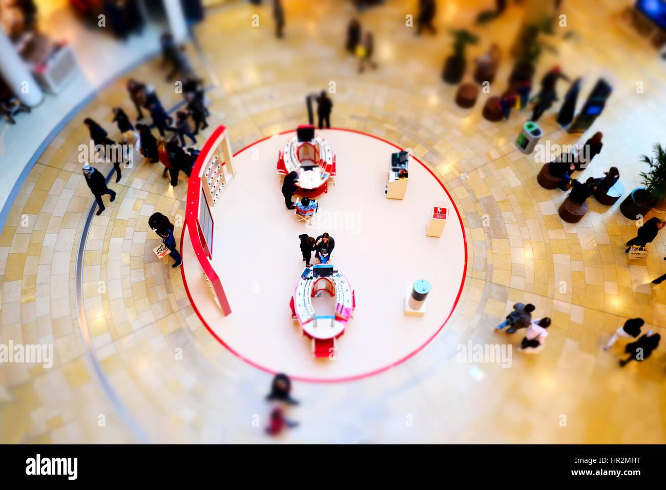 Eine Schönheit Zähler Kunden zusammen einen belebten Einkaufszentrum Bull Ring Birmingham Freifläche Stockbild