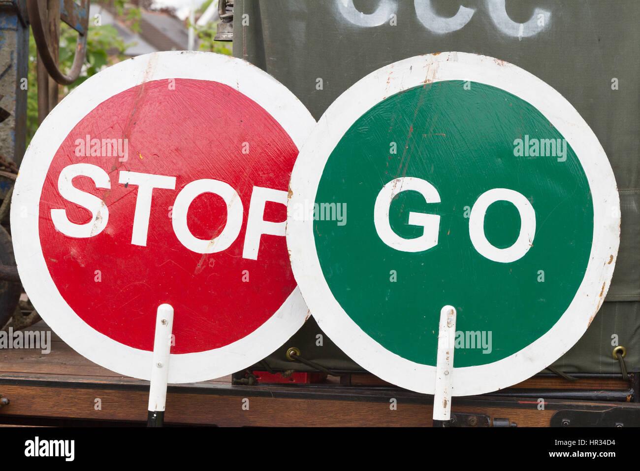 Hand-Held, handbemalte Vintage 'Stop' und 'Go' Lollipop Verkehrszeichen. Unentschlossenheit, gemischte Stockbild