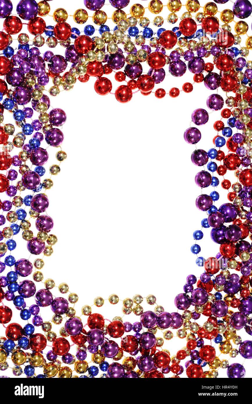 Rahmen der Fastnacht Perlen Halsketten isoliert auf weiss Stockfoto ...