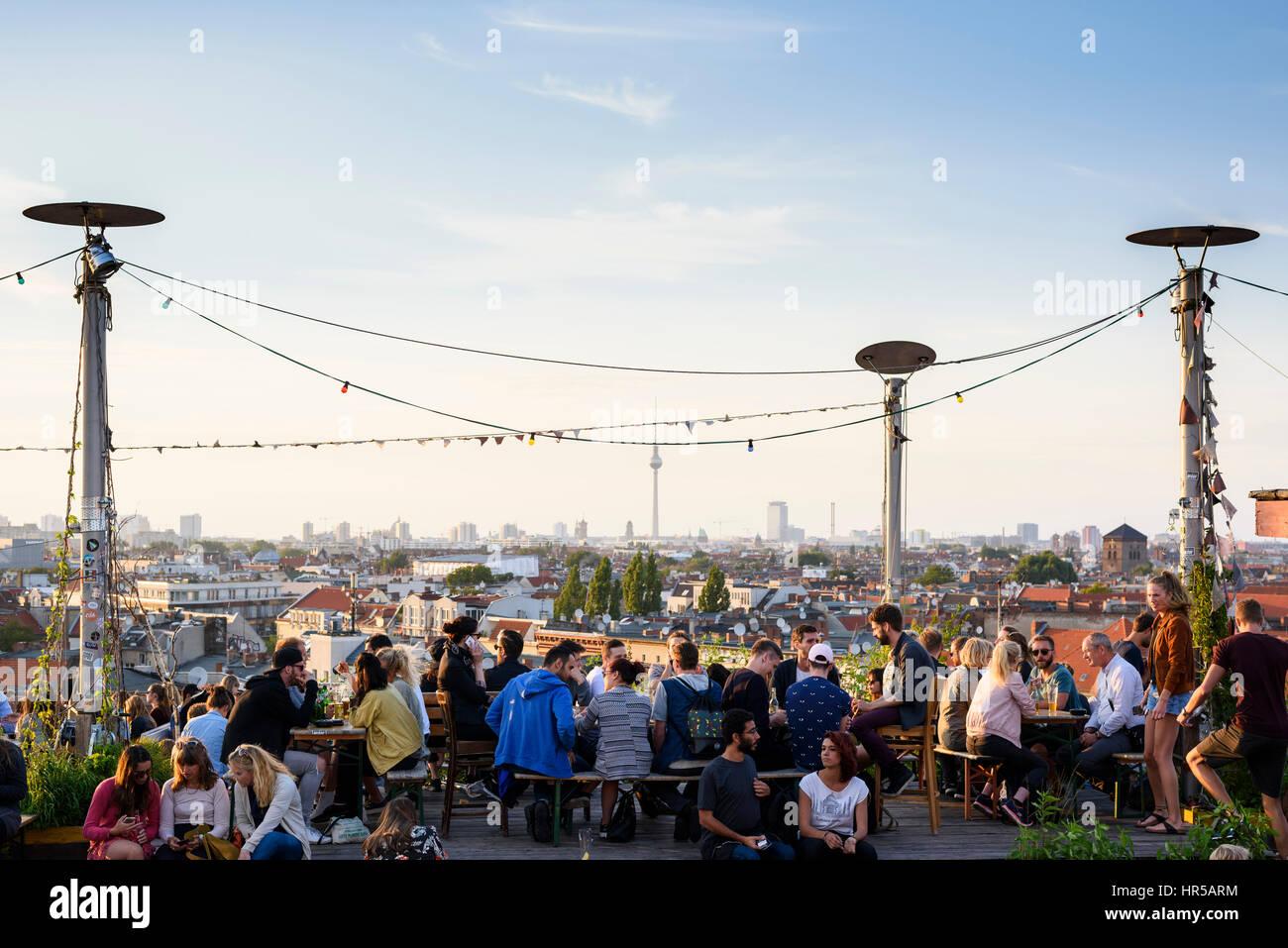 berlin deutschland menschen genie en den blick auf die berliner skyline aus der klunkerkranich. Black Bedroom Furniture Sets. Home Design Ideas