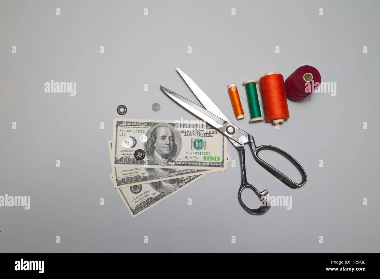 Machen Sie Geld nähen. Amerikanische Dollar und Zubehör für das Schneiden und Nähen Stockfoto