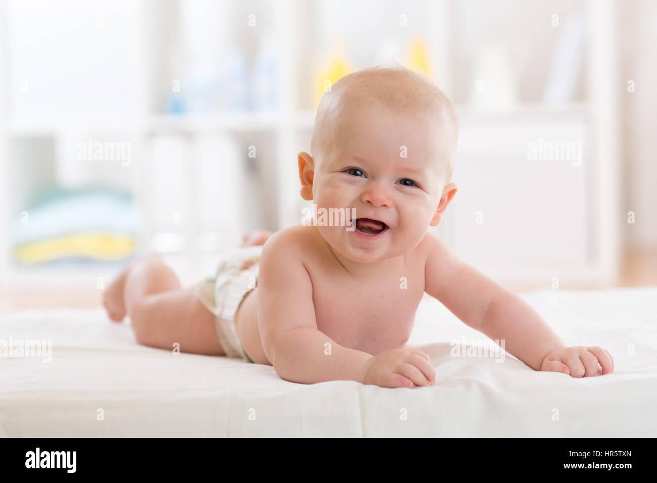 Bettwasche Fur Kinderzimmer ~ Neugeborenes baby junge tragen windel im bett liegend in weißen
