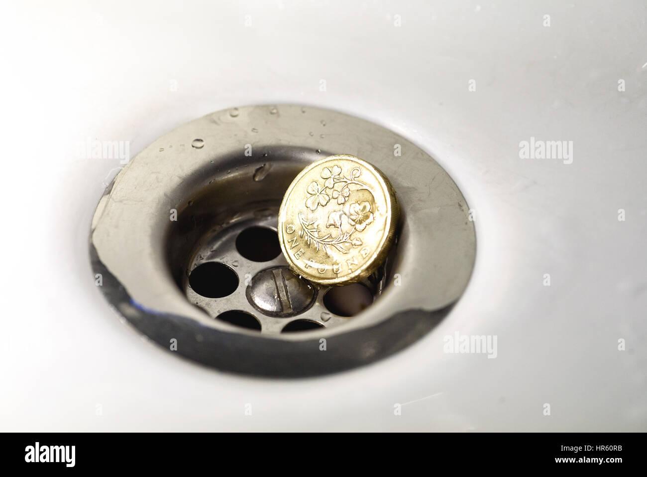Einzelne Britische Pfund Münze Ruht In Einem Silbernen Abfluss Mit