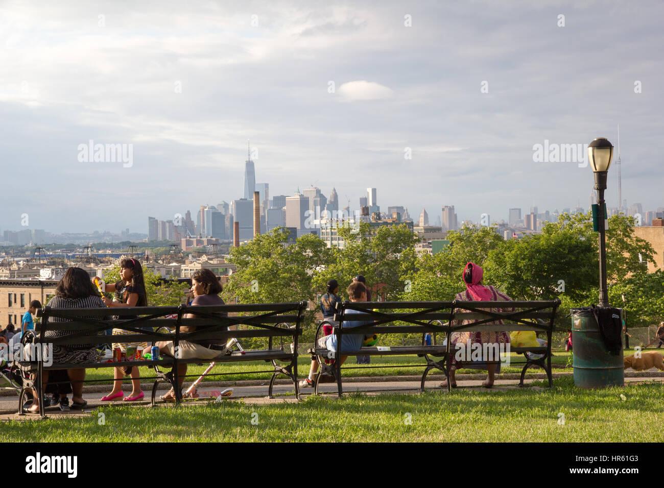 Sunset Park in Brooklyn mit Familien aus Einwanderergruppen amüsieren sich mit dem atemberaubenden Hintergrund Stockbild