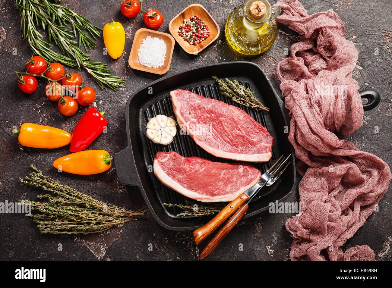 frische rohe prime black angus rindfleisch streifen steaks auf grill pfanne ber rustikale beton. Black Bedroom Furniture Sets. Home Design Ideas