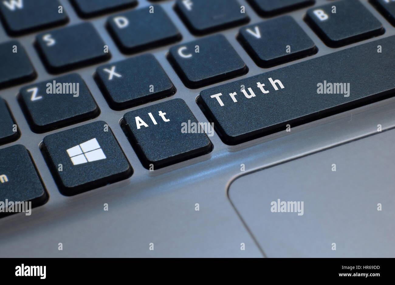 Ein Foto einer Laptop-Computer-Tastatur retuschiert, um Schlüssel lesen Alt Wahrheit zu zeigen. Presse Sprecher Stockbild