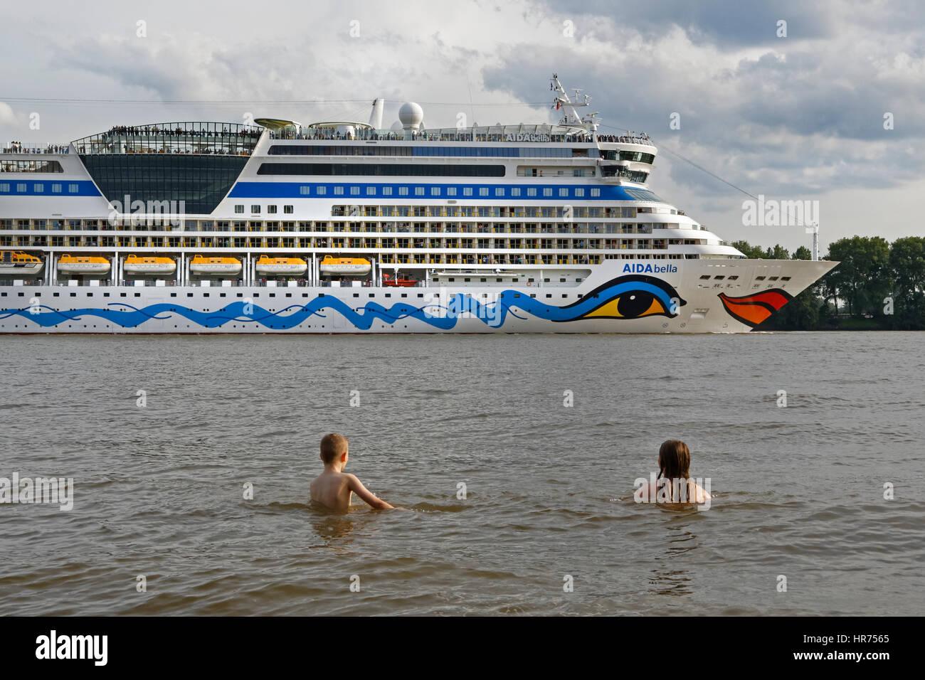 Zwei Kinder, die schwimmen vor einer Cruise Liner, Hamburg, Deutschland, Europa Stockbild