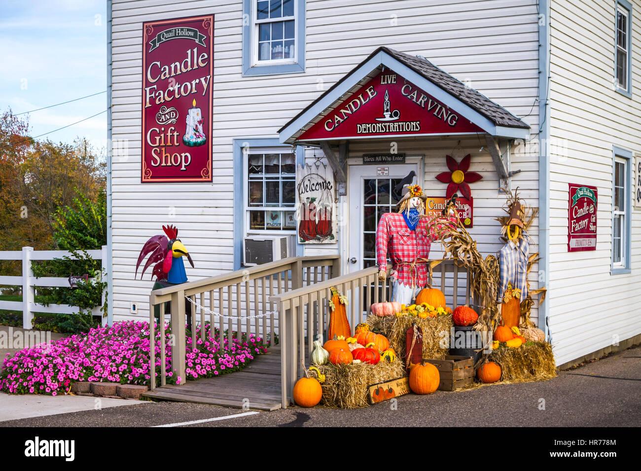 Ein Kerzenladen mit einer Herbst-Anordnung der Kürbisse und Panikmache Krähen in Walnut Creek, Ohio, USA. Stockbild