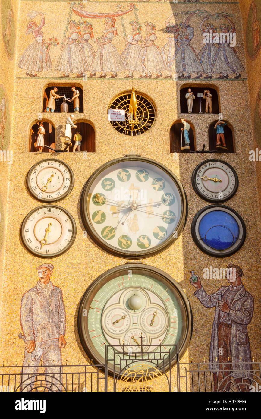 Oberen Platz Horní Nam astronomische Uhr im sozialistisch-realistischen Stil wieder aufgebaut, in den 1950er Stockbild