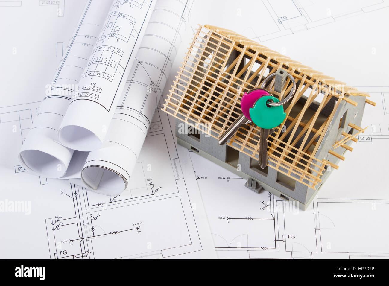 Tasten, Kleines Haus Im Bau Und Rollt Von Diagrammen Auf Elektrische  Zeichnungen Für Projekt,