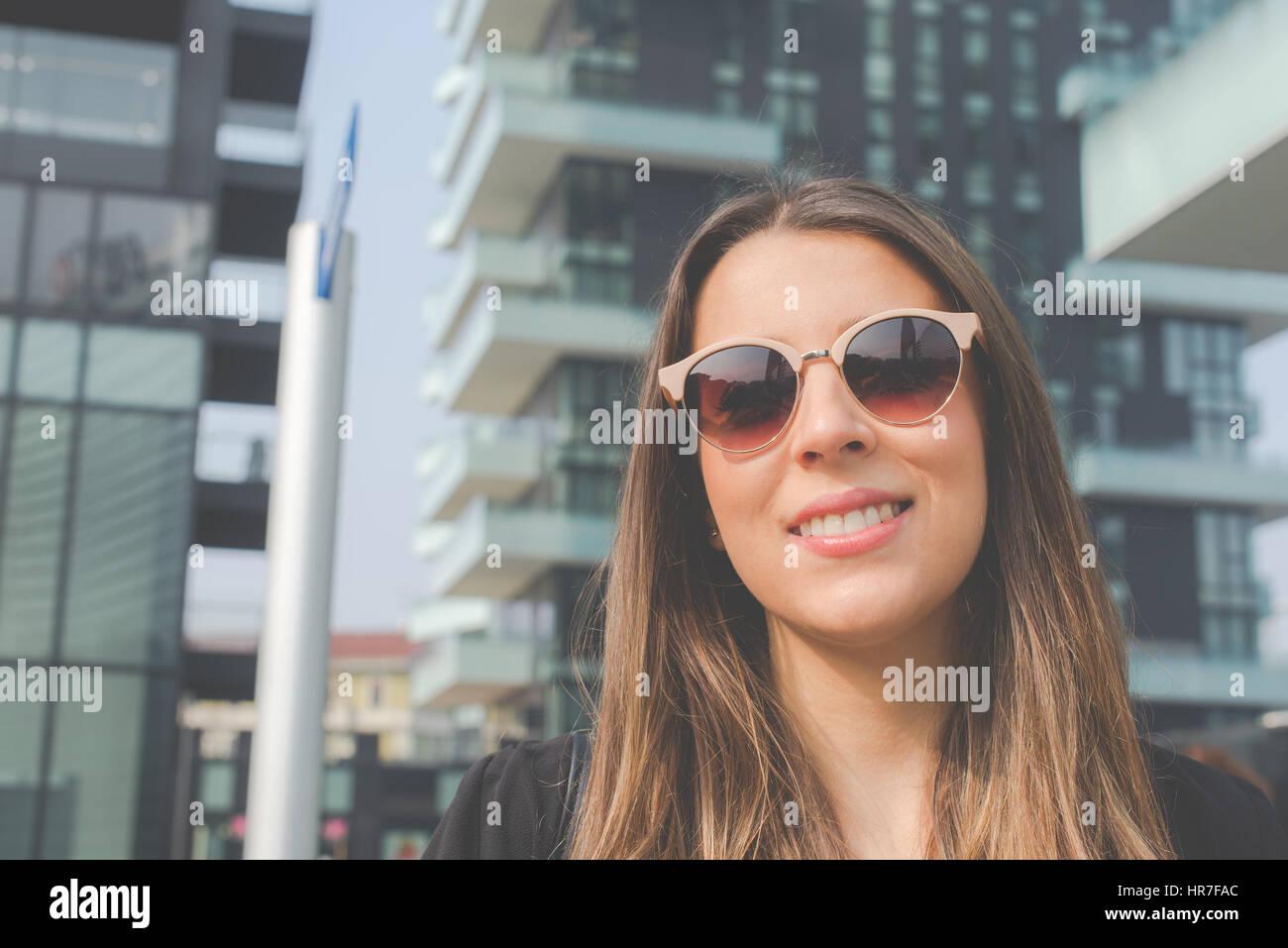 junge authentische Business-Frau in der Stadt für ein Buisness-Reisen Stockbild
