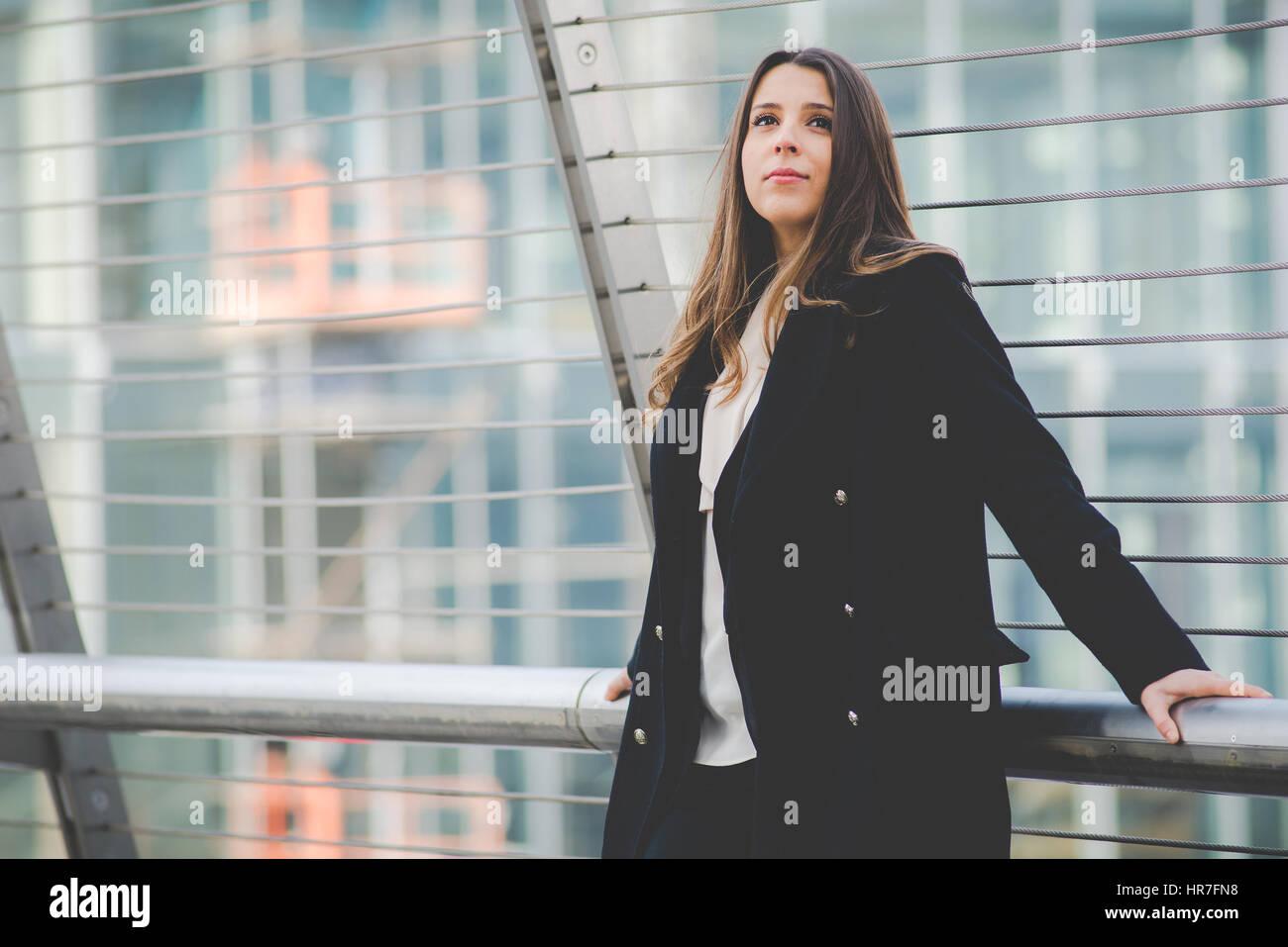 authentische junge Geschäftsfrau im städtischen Umfeld Stockbild