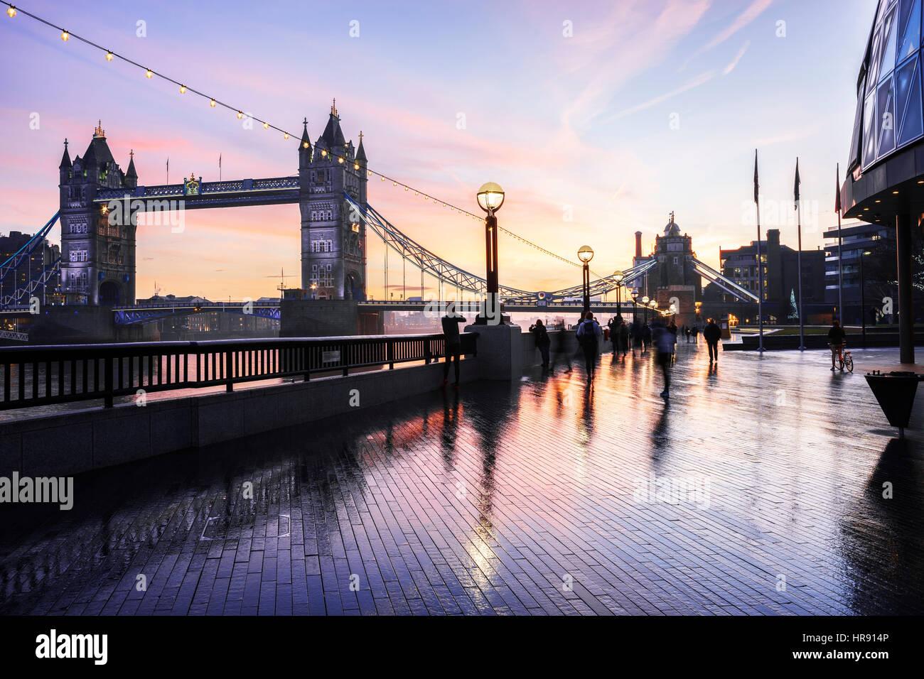 Die Tower Bridge und die Bank der Themse mit unscharfen Menschen, Southwark, London, UK Stockbild