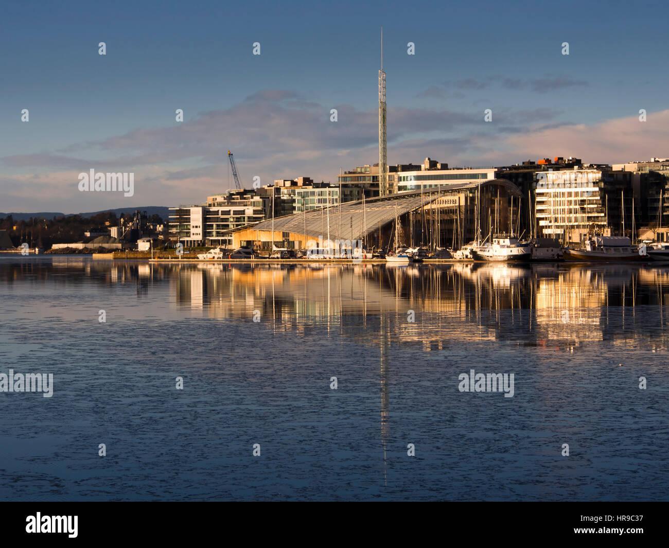 Tjuvholmen und Aker Brygge am Fjord in Oslo Norwegen dominiert die markante Architektur des Astrup Fearnley Museum Stockbild