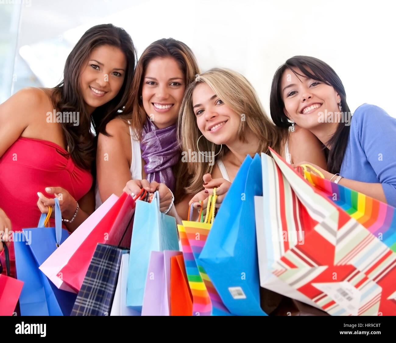 f7d0b0e601 Gruppe von Frauen in einem Einkaufszentrum mit einigen Taschen einkaufen