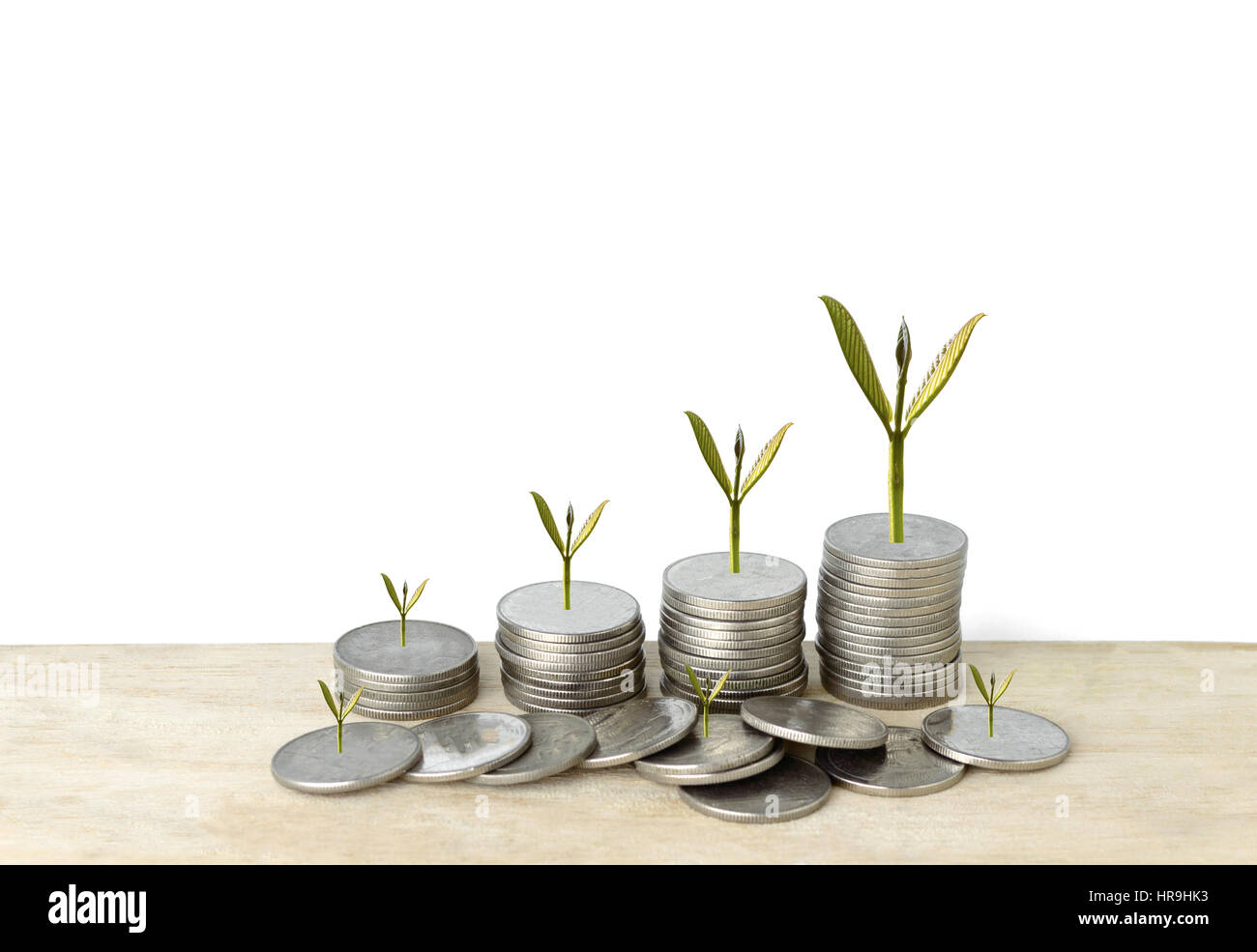 Silbermünze-Stack und Baum im Konzept des Wachstums in einer isolierten Hintergrund. Stockbild