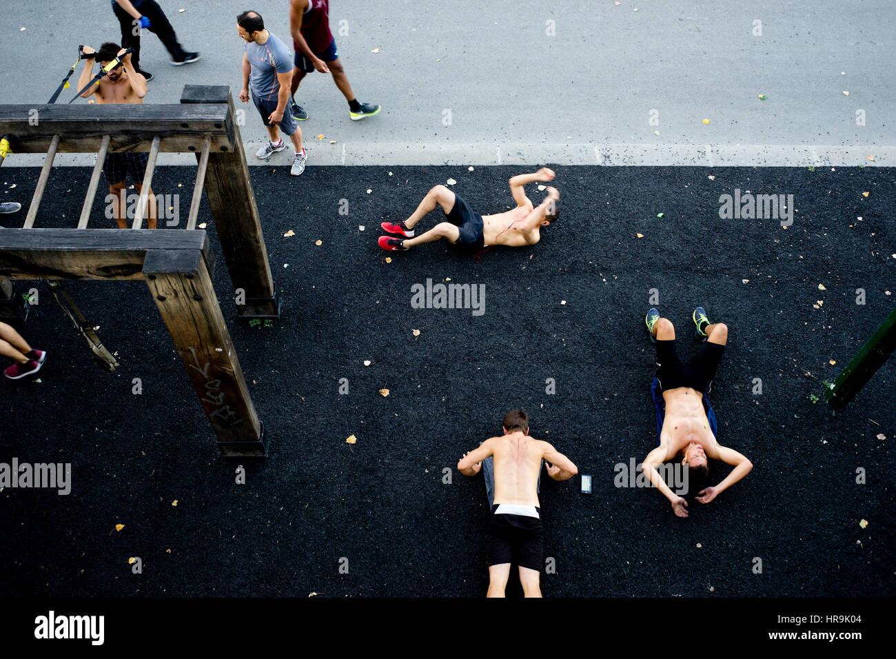 Junge Körper Bauherren beim öffentlichen Training am Fluss Seine Quay in Paris Stockbild