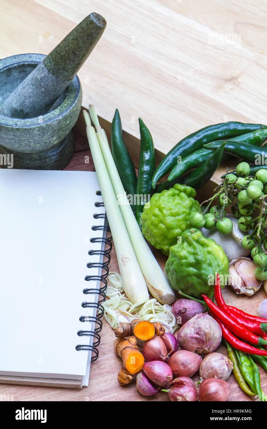 Thai Kochkurs mit Buch und Zutaten Stockbild
